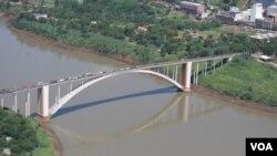 El puente de la Amistad que une la ciudad brasileña de Foz de Iguaçú con la paraguaya Ciudad del Este.