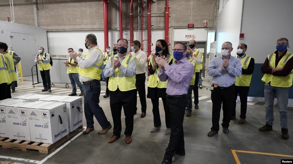 装着辉瑞-BioNTech新冠疫苗的货箱在密歇根州卡拉马祖市的辉瑞制造厂准备运送出去。2020年12月13日图片。(photo:VOA)