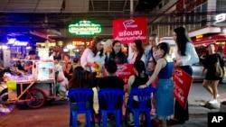 Cô Pauline Ngarmpring (trái) trò chuyện với những người hành nghề massage trên đường trong một chiến dịch vận động ở Bangkok vào ngày 13/2/2019.