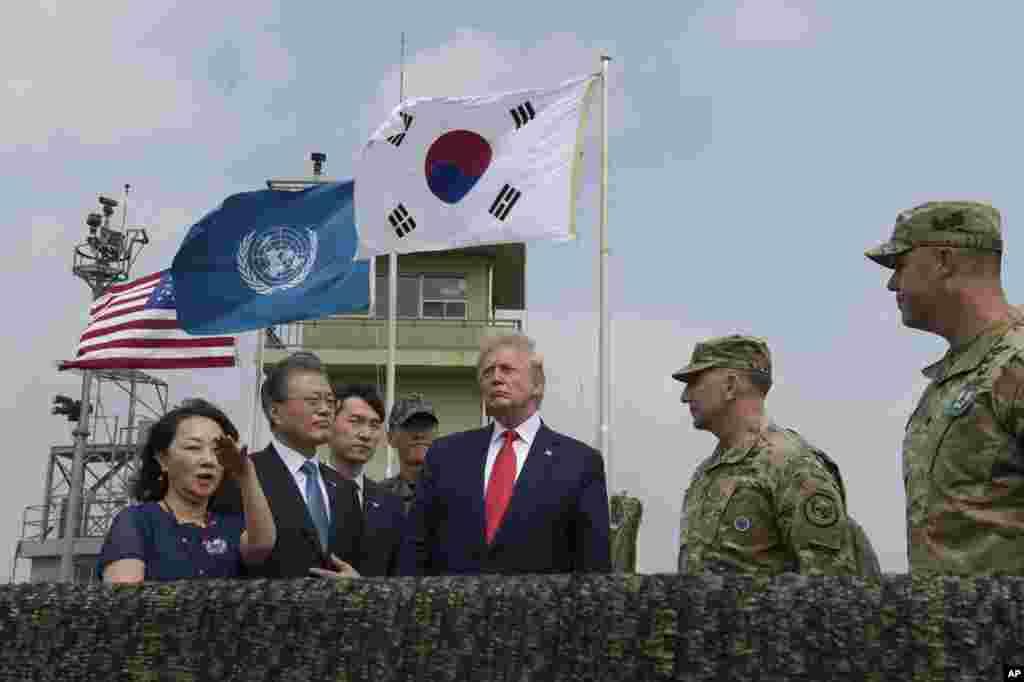 پرزیدنت ترامپ پیش از ورود به منطقه غیرنظامی بین دو کره، نمایی از این منطقه را از محل پست دیدبانی در کره جنوبی تماشا کرد.