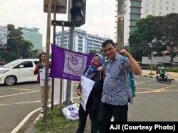 Anggota Aliansi Jurnaslis Independen (AJI) ketika membagikan stiker World Press Freedom day di Jalan Cikini di Jakarta pada Jumat, 3 Mei 2019. (Foto: AJI)