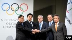 Lee Hee-beom, président du Comité olympique de PyeongChang, Kim Il Guk, ministre des Sports et président du Comité olympique nord-coréen, Do Jong-hwan, ministre sud-coréen de la Culture, des Sports et du Tourisme , Thomas Bach, président du Comité interna