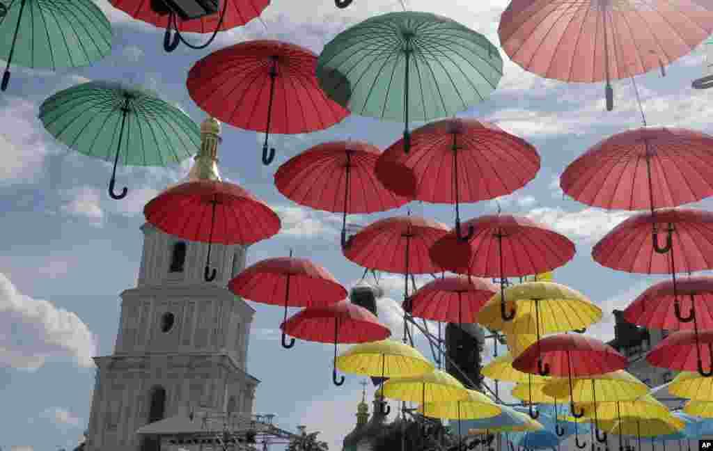 یوکرین میں ڈے آف سٹی کے موقع پر ایک گلی کو چھتریوں سے سجایا گیا۔