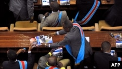 Bakeli mibeko bazali kokabola mikanda na likita moko na Assemblée nationale, Palais du peuple, Kinhsasa, 15 décembre 2012.