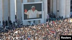 Papa Benedikt XVI na ogromnom platnu postavljenom na Ttrgu Svetog Petra tokom poslednje opšte audijencije, 27. februar, 2013.