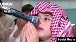عیسي شریف د عمان د اوابین په جومات کې د دعا کولو پرمهال