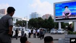 북한이 5차 핵실험을 실시한 지난 9일 평양역 광장에 설치된 대형 화면에 관련 발표가 나오고 있다.