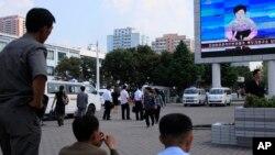 지난달 9일 북한 평양역 광장에서 주민들이 대형화면에 나오는 5차 핵실험 발표를 보고 있다.