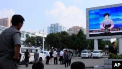 2016年9月9日平壤朝鲜民众在观看有关核试验的新闻报道。