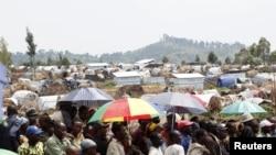 11月24日刚果东部在冲突中流离失所的民众于戈马郊外难民营等候领取救济食物