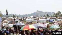 Des déplacés attendent de recevoir de l'aide alimentaire au camp de Mugunga, près de Goma (24 nov. 2012)