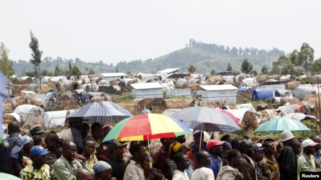 People displaced by recent fighting in eastern Congo wait to receive aid food in Mugunga IDP camp outside of Goma, November 24, 2012.
