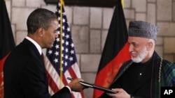 Presiden Barack Obama dan Presiden Afghanistan Hamid Karzai saat menandatangani perjanjian kemitraan AS-Afghanistan di Kabul (2/5).