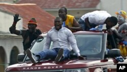 Supporters of President Joseph Kabila take to the streets of Kinshasa in jubilation, Dec 9, 2011.