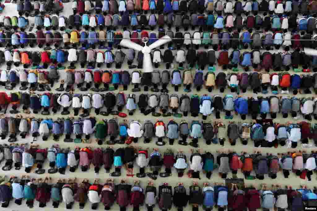 Muslimanski studenti na molitivu prvog dana meseca Ramadana u Medanu, Inoneziji.