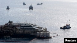 14일 이탈리아 해역 기길리오 섬에서 2년 전 침몰한 유람선 코스타 콩코르디아호가 제노바 항으로 인양되고 있다.