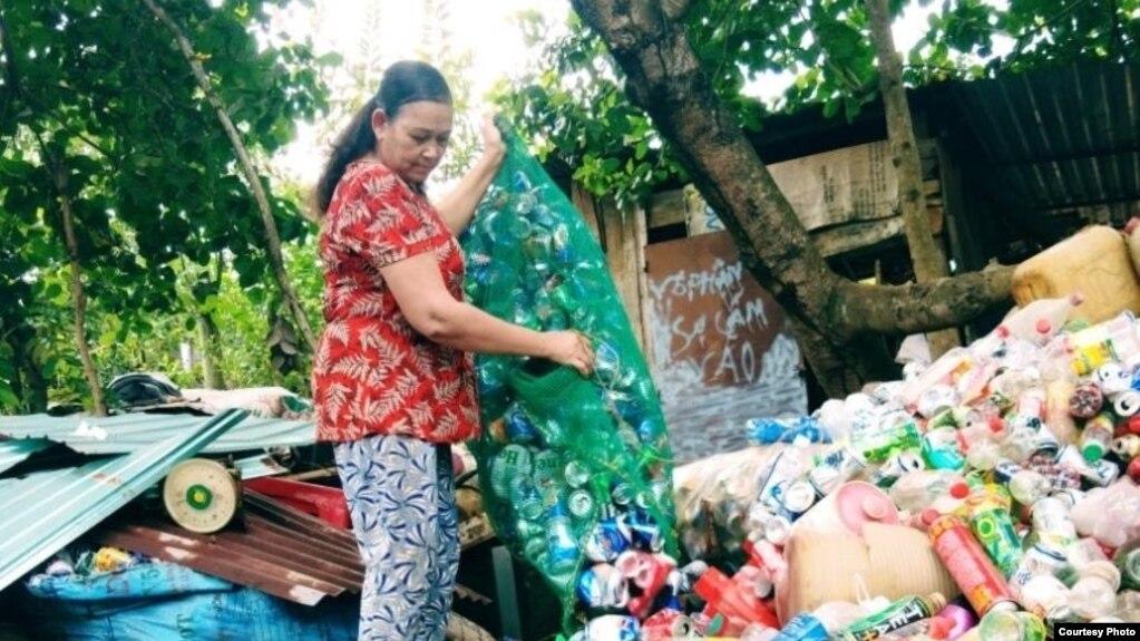 Bà Trần Thị Thu, 53 tuổi, thu lượm ve chai tại huyện Bù Gia Mập, tỉnh Bình Phước, ngày 24/04/2020. Photo by Tran Thi Thu