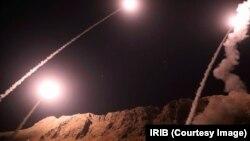 ໜ່ວຍພິທັກປະຕິວັດອີຣ່ານ ຫຼື IRGC ຍິງລູກສອນໄຟ ຫຼາຍລູກ ຈາກແຂວງ ເຄີຣມານຊາ ຢູ່ທາງພາກຕາເວັນຕົກ ສຽງເໜືອ ຂອງປະເທດ, ວັນທີ 1 ຕຸລາ 2018.