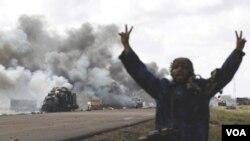 Combatientes de la oposición celebran los ataques aéreos de las fuerzas internacionales para efectivizar la zona de exclusión de vuelos.