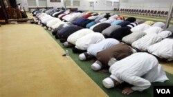 Kaum muslim melaksanakan tarawih bersama pada saat malam bulan Ramadhan (foto: ilustrasi).