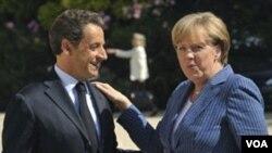 Presiden Nicolas Sarkozy menyambut Kanselir Jerman Angela Merkel saat tiba di istana Elysee, Paris untuk membahas krisis utang Eropa (16/8).