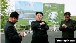북한이 '로켓 발사'를 관장하는 국가우주개발국 위성관제종합지휘소를 새로 건설한 가운데 3일 현지시찰에 나선 김정은 북한 국방위원회 제1위원장이 조감도 앞에서 관계자들에게 지시를 내리는 모습.