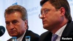 Ủy viên Năng lượng EU Guenther Oettinger (trái) và Bộ trưởng Năng lượng Nga Alexander Novak tại 1 cuộc họp báo ở Berlin, 19/5/2014.