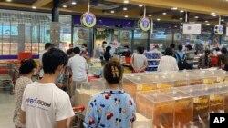 Antrean warga Yangon, Myanmar, saat berbelanja kebutuhan makanan dan lainnya, 7 September 2021. (AP)