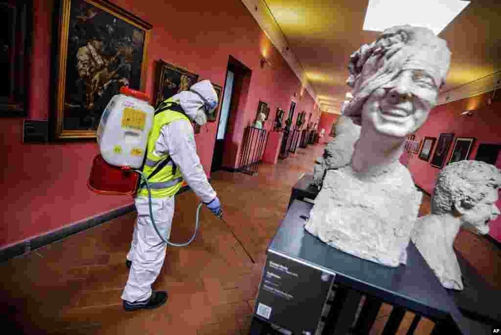 همزمان با نگرانیهای جدی در ایتالیا، یک کارگر در حال ضدعفونی یکی از موزههای شهر ناپل. در ایتالیا تا روز سهشنبه ۴۶۳ نفر بر اثر کرونا جان باختند.