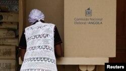 Angolana vota em Luanda