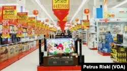Penjualan barang elektronik di salah satu mall di Surabaya (Foto: VOA/ Petrus Riski).