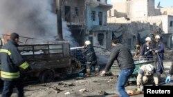 Anggota Tentara Pembebasan Suriah dan warga memadamkan api akibat ledakan besar di pemukiman Masaken Hanano di Aleppo.