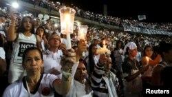 30일 콜롬비아 메델린 시에서 축구팬들이 촛불을 들고 항공기 추락 사고로 사망한 브라질 샤페코엔시 축구팀 선수들을 추모하고 있다.