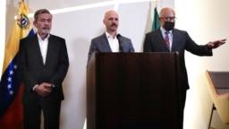 El jefe del equipo facilitador de Noruega, Nag Nylander, leyó la noche del lunes un comunicado a las afueras del hotel Sofitel de la capital mexicana junto a Gerardo Blyde, de la oposición, y Jorge Rodríguez, del oficialismo.
