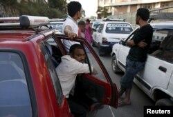 Tại Nepal, tình hình u ám với những đoàn người rồng rắn xếp hàng bên ngoài các trạm nhiên liệu và dầu khí đun nấu cạn trong nhà.