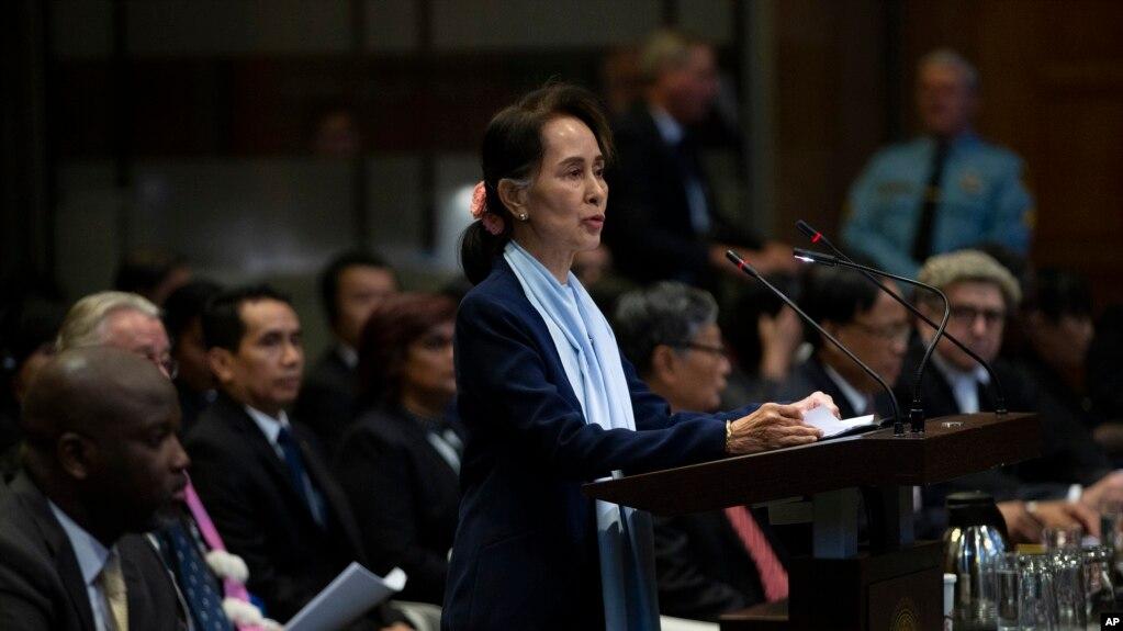 Bà Aung San Suu Kyi, đại diện chính phủ Myanmar, tại tòa.