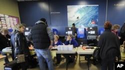 纽约长滩选民周二一早在临时安排的投票站登记投票