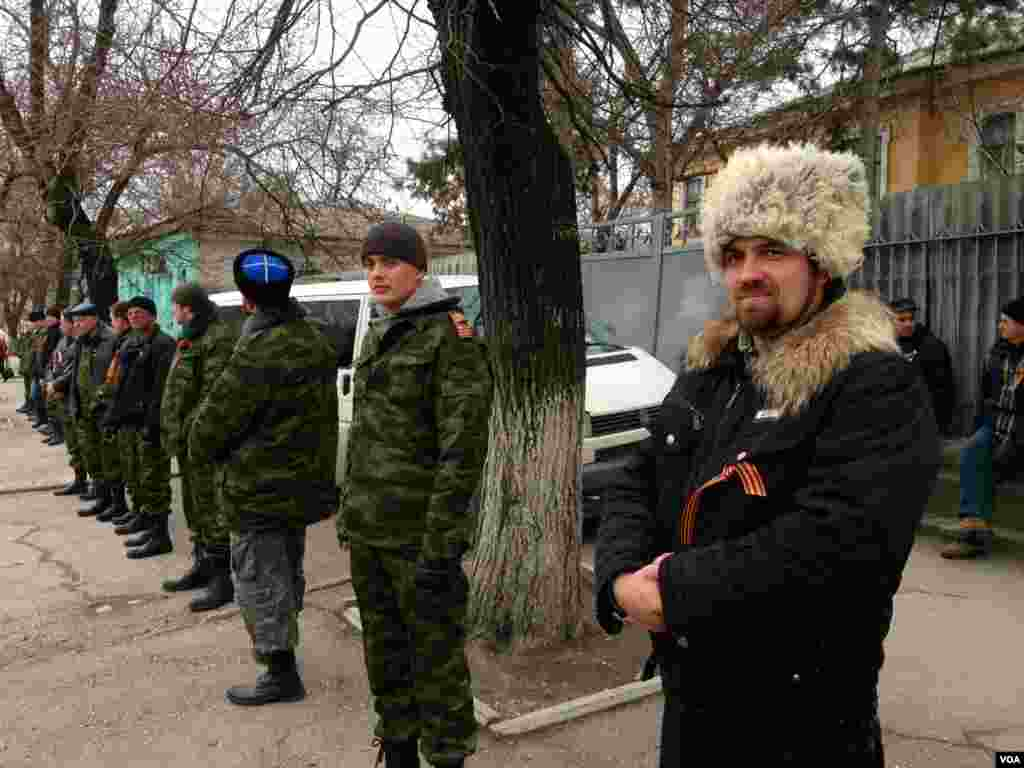 Pro-Russian irregulars form self defense units in Crimea's capital,Simferopol, Ukriane, March 2, 2014. (Elizabeth Arrott/VOA).