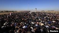 Anggota kelompok Muslim Sunni melakukan Shalat Jumat di sela-sela demonstrasi anti pemerintah di Falluja, Irak (28/12). (Reuters)