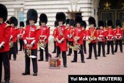 Anggota Batalyon 1 Pengawal Coldstream mengambil bagian dalam Pergantian Penjaga, di halaman depan Istana Buckingham di London, Inggris, 23 Agustus 2021. (Foto: Yui Mok via REUTERS)
