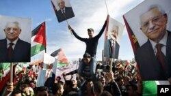 Para pendukung Presiden Palestina Mahmoud Abbas di Tepi Barat, Palestina. (Foto: Dok)