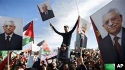 유엔에서 비회원 옵서버 국가 지위를 인정 받은 외교적 승리를 거두고 돌아온 마흐무드 압바스 팔레스타인 자치정부 수반을 환영하는 시민들