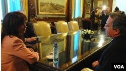 El presidente colombiano, Álvaro Uribe, no dio muchos detalles acerca de su reunión con su homóloga argentina, Cristina Fernández de Kirchner.