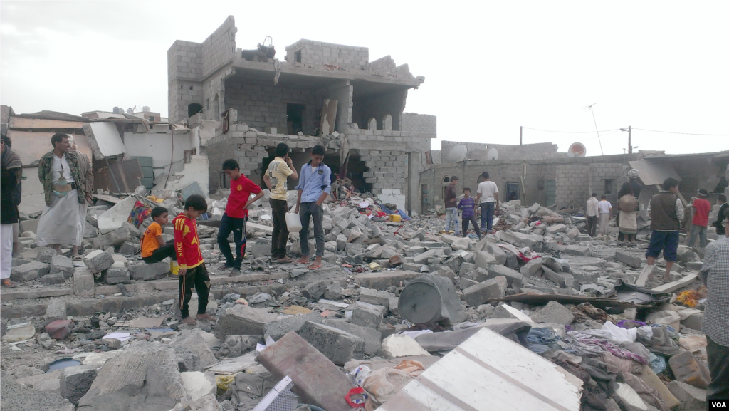 This neighborhood, where more than 100 buildings have been damaged, has brought attention to the plight of Yemeni blacks, with neighboring communities coming to witness the damage, Sana'a, Oct. 9, 2015. (Almigdad Mojalli/VOA)