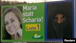 """布雷姆加騰鎮的路邊為瑞士人民的競選廣告牌。該黨主張實施嚴格的移民法。廣告牌上寫著:要瑪麗亞,不要沙里亞!""""沙里亞""""意為伊斯蘭律法。(資料照片)"""