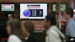 23일 영국 웨스트민스터 시 마권 판매소에 국민투표 현황을 표시하는 전광판이 걸려있다.