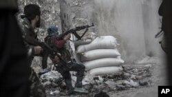 叙利亚反政府武装人员在政府军的火力下撤退