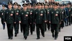 Delegasi Militer dari Tentara Liberasi Rakyat Tiongkok (PLA) menghadiri rapat tahunan di parlemen Tiongkok terkait kenaikan budget belanja militer negara itu (Foto: dok)