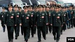 Delegasi Militer dari Tentara Liberasi Rakyat Tiongkok (PLA) tiba di Lapangan Tiananmen untuk menghadiri rapat tahunan di parlemen Tiongkok terkait kenaikan budget belanja militer (4/3)
