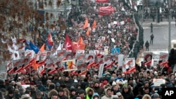 Ribuan warga berbaris di Moskow, Rusia untuk memprotes undang-undang yang akan melarang adopsi anak-anak Rusia oleh warga Amerika, Minggu (13/1).